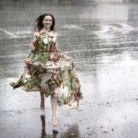 Бегущая под дождём... :: Александр Воронов