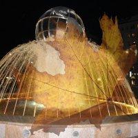 Листопад у фонтана. :: Наталья Золотых-Сибирская