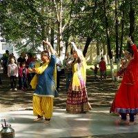 Индийские танцы под русскими тополями :: Елена Перевозникова