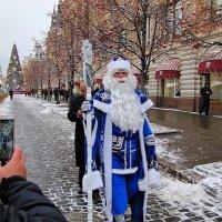 Возле ГУМа бродит Дед Мороз :: san05   Александр Савицкий