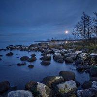 Луна над Ладогой :: Сергей Леденёв