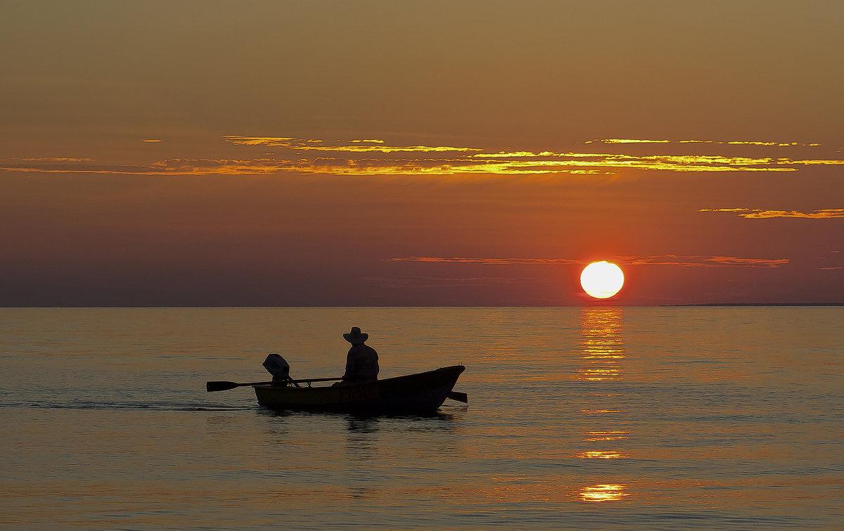 чуть мелькают огоньки рыбачий лодок