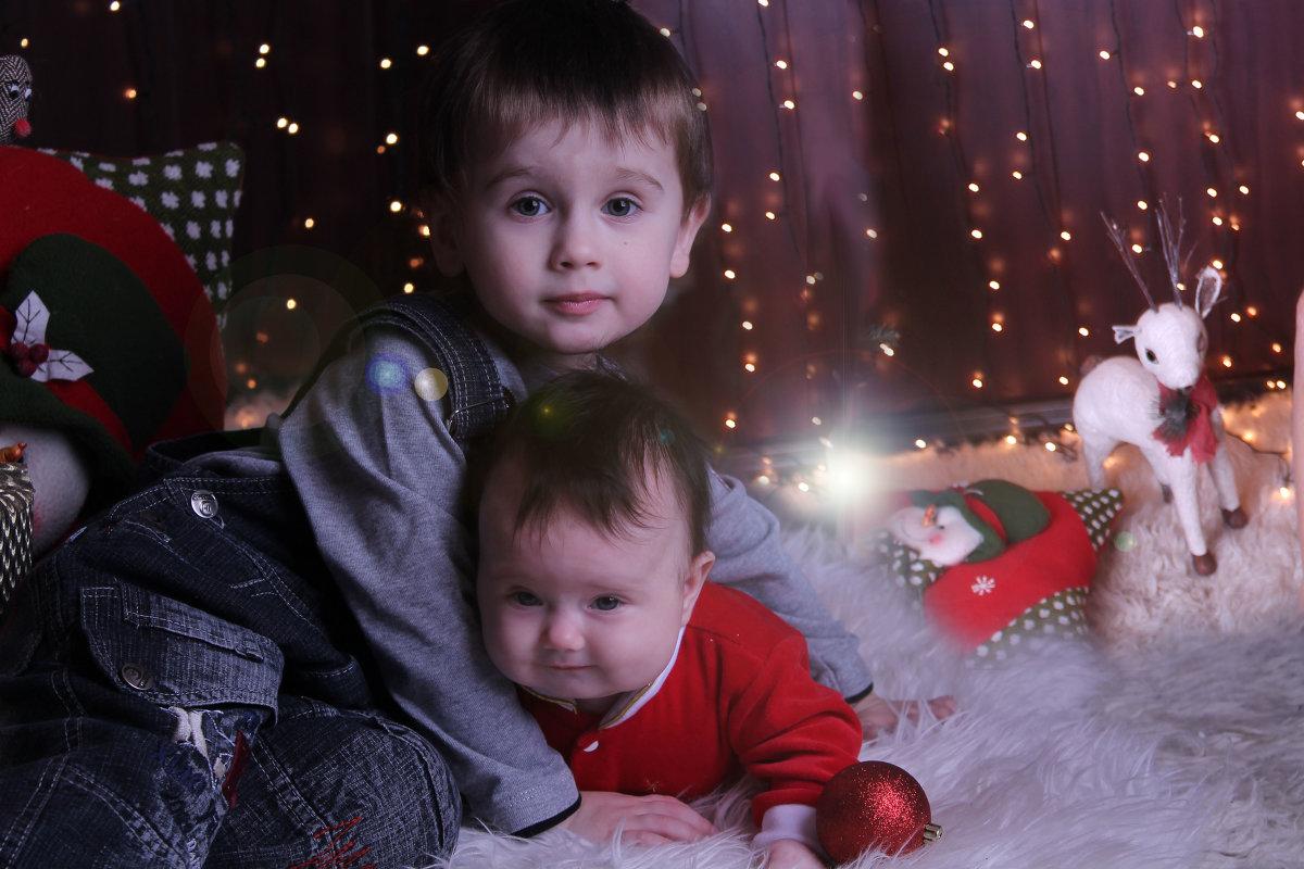 Брат с сестрой на новый год