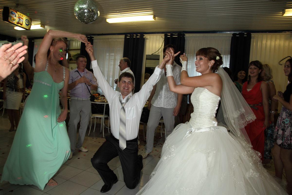 танец жениха с сестрами - Александр Сендеров