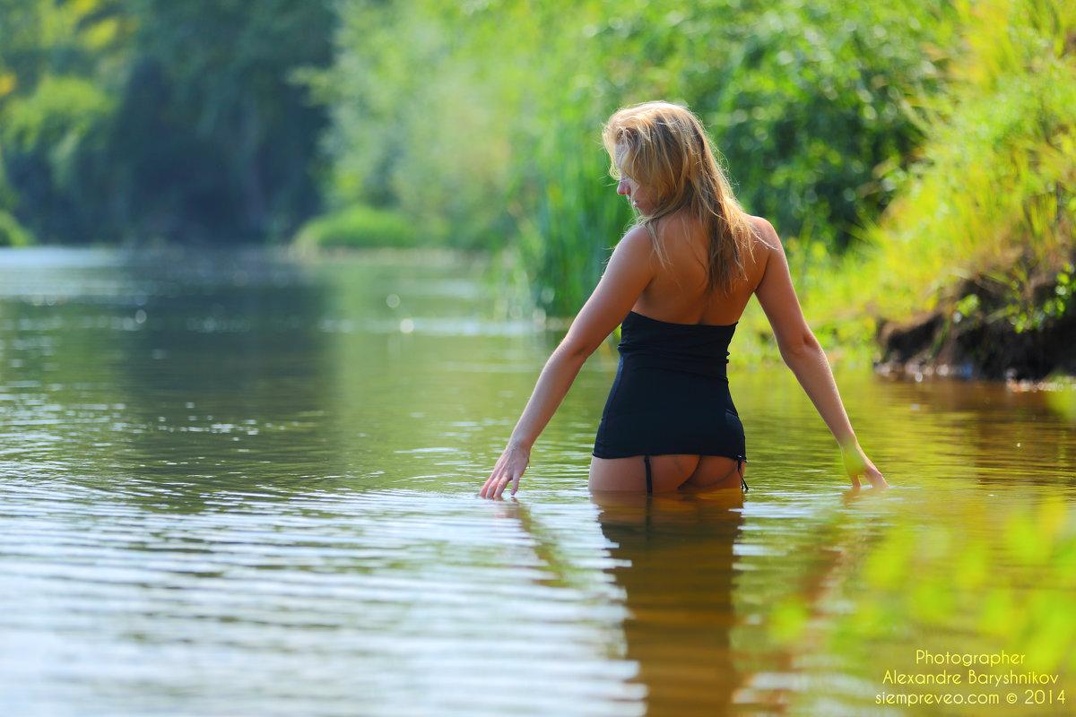 Девушка купается в реке видео Прочитала