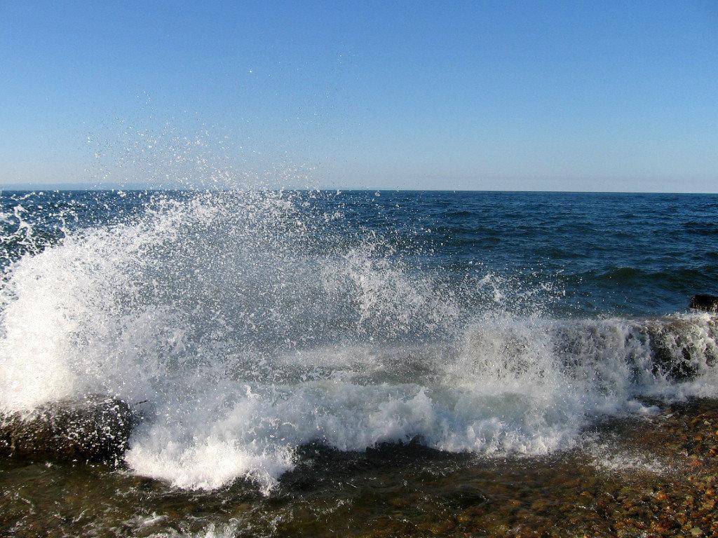Бьётся волна о берег Байкала . - Мила Бовкун