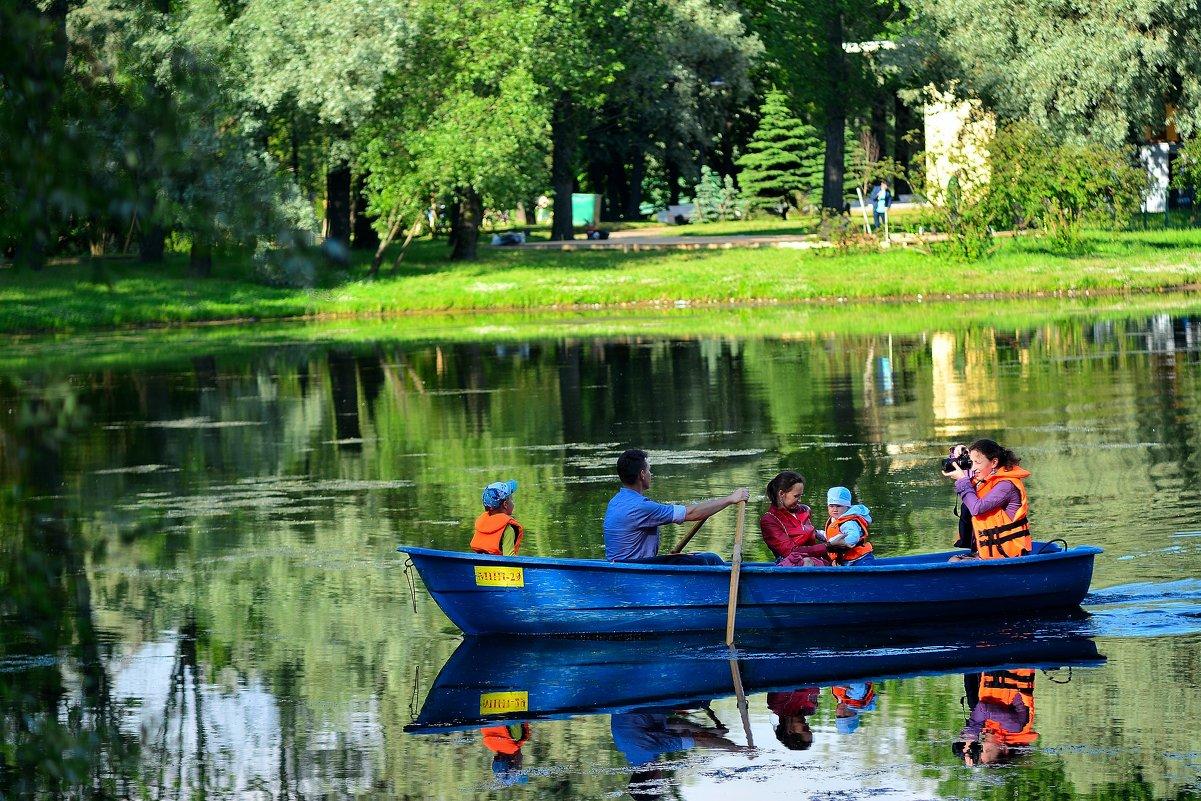 Пер Монсон Лодка на аллеях парка