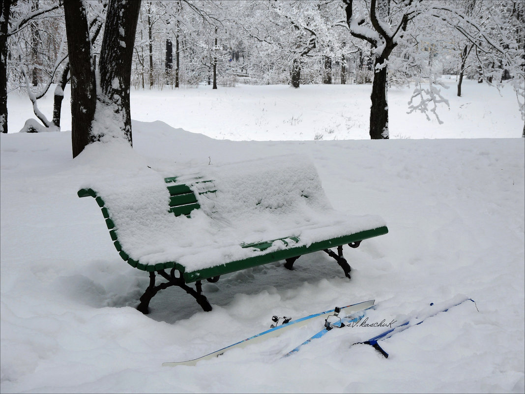 зимний пейзаж с лыжами и скамьёй - sv.kaschuk
