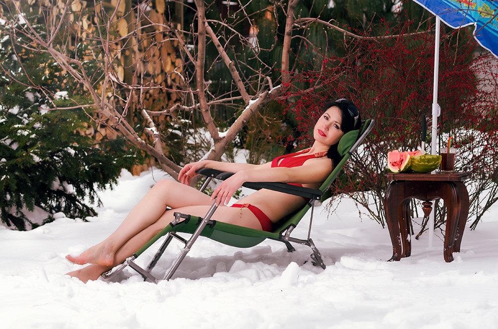 Девушка в купальнике на снегу - Юрий Короновский