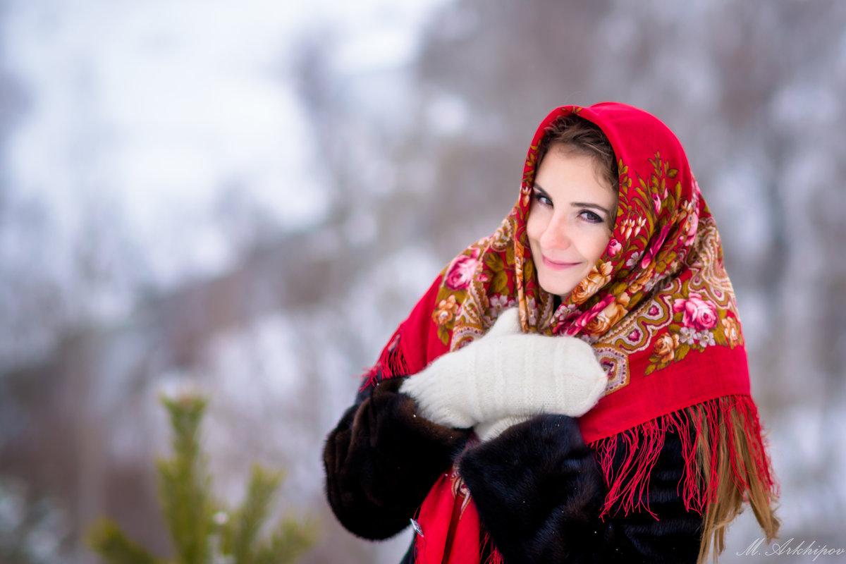 Прекрасная девушка в национальном платке - Михаил Архипов