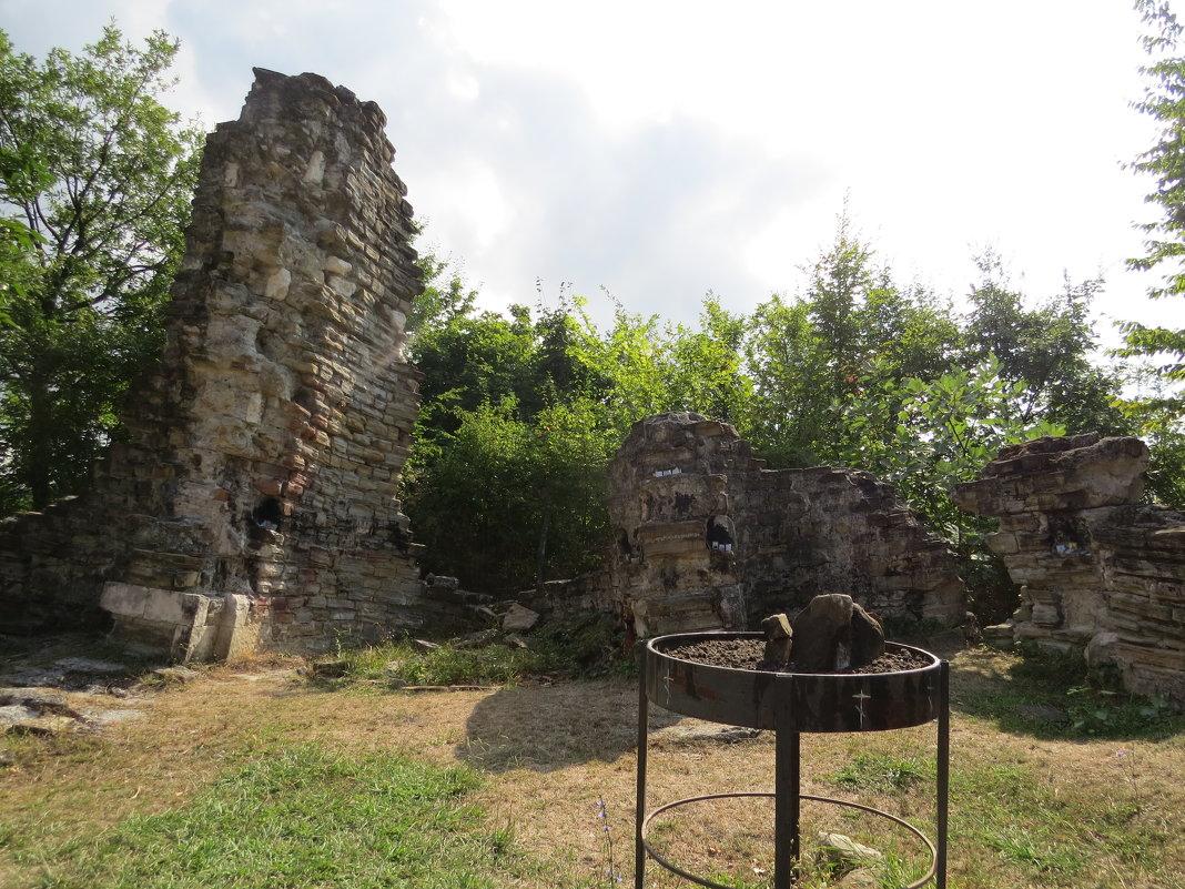 Развалины средневекового христианского храма - Вера Щукина