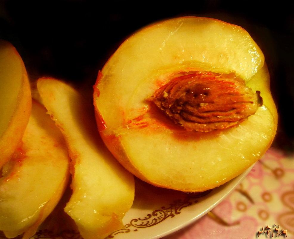 Этот персик, эта мякоть, эта влажность на изломе... - Людмила Богданова (Скачко)