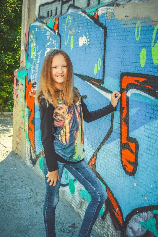 возле стены граффити - Света Кондрашова