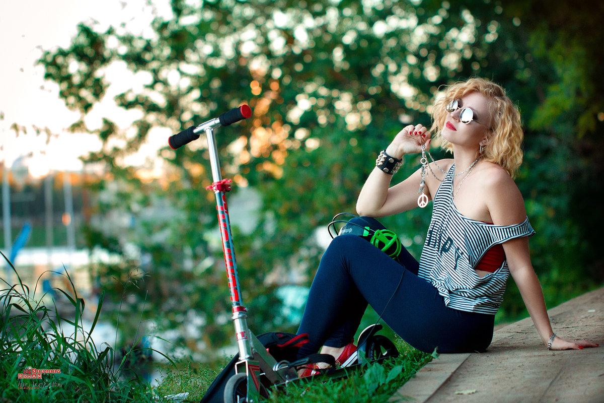 Девушка и самокат - Roman Sergeev