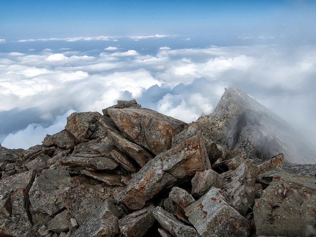 Горная вершина в облачном обрамлении - Владимир Амангалиев