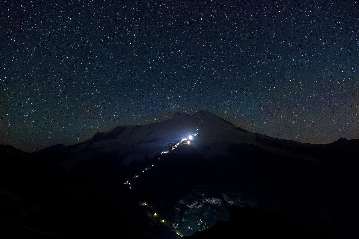 Метеориты Персеиды над Эльбрусом. - Александр Хорошилов