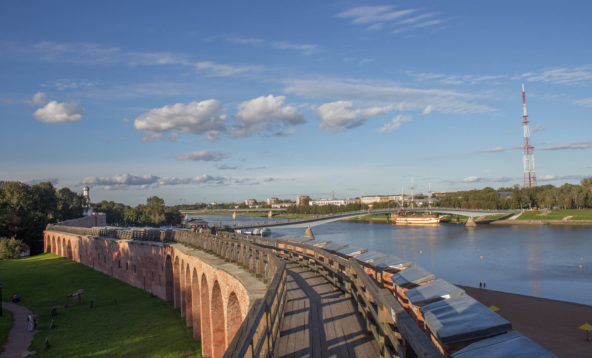 река Волхов и пешеходный мост - Олег Фролов