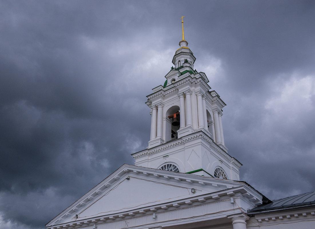 Колокольня собора на фоне туч. Кострома. - Сергей Тагиров