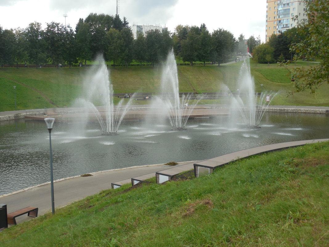 Фонтаны в парке - Мила