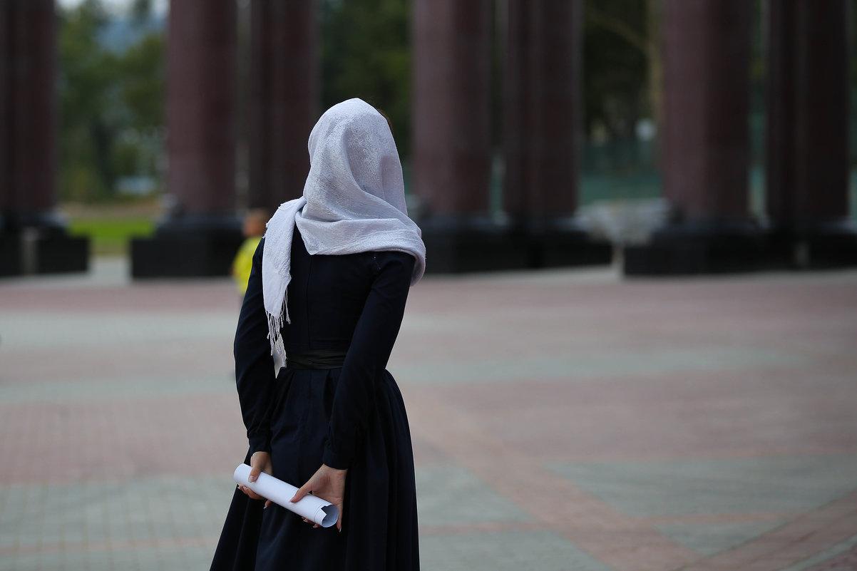 Девушка, гуляющая у храма - Ilona An