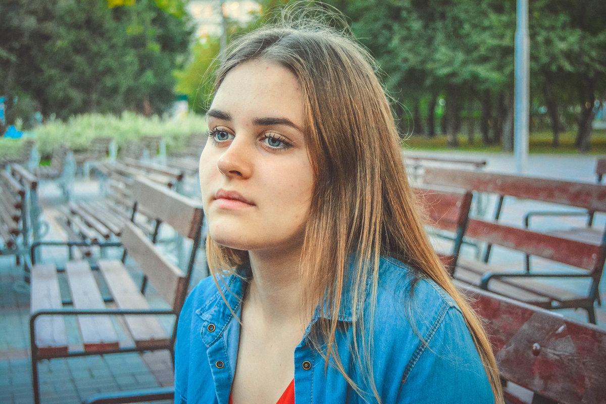 Ксюша на скамейке - Света Кондрашова