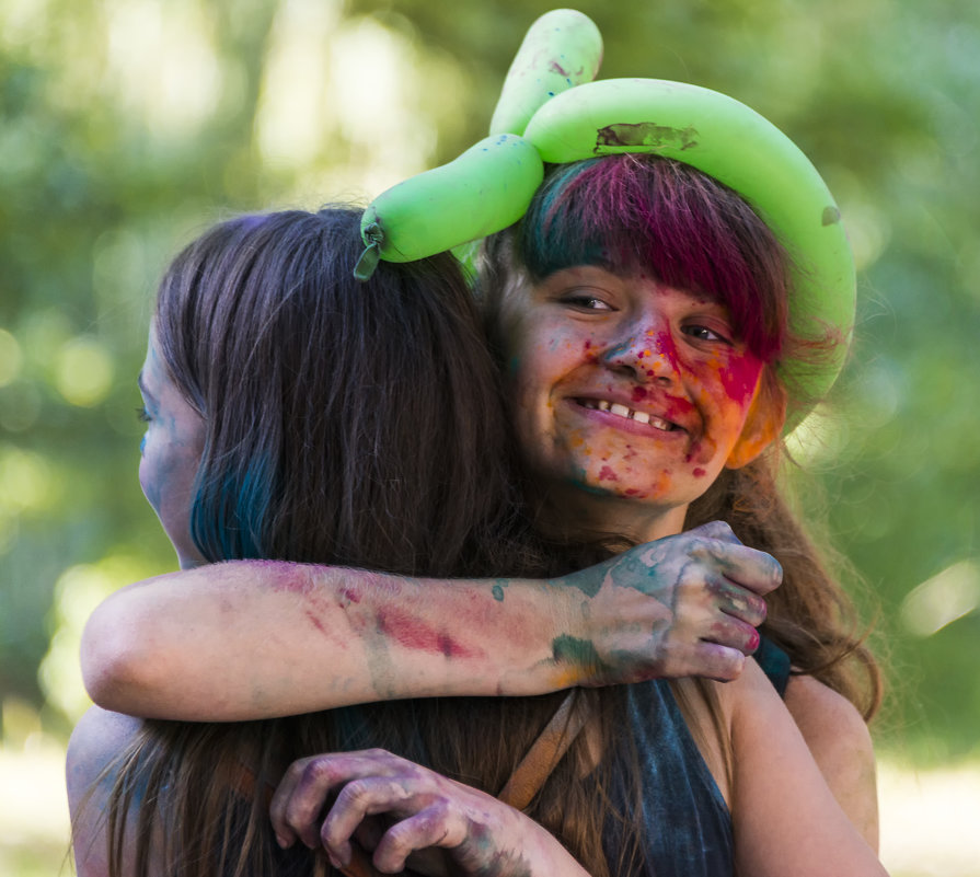Cheerful girls in color powder  hugs - Сергей