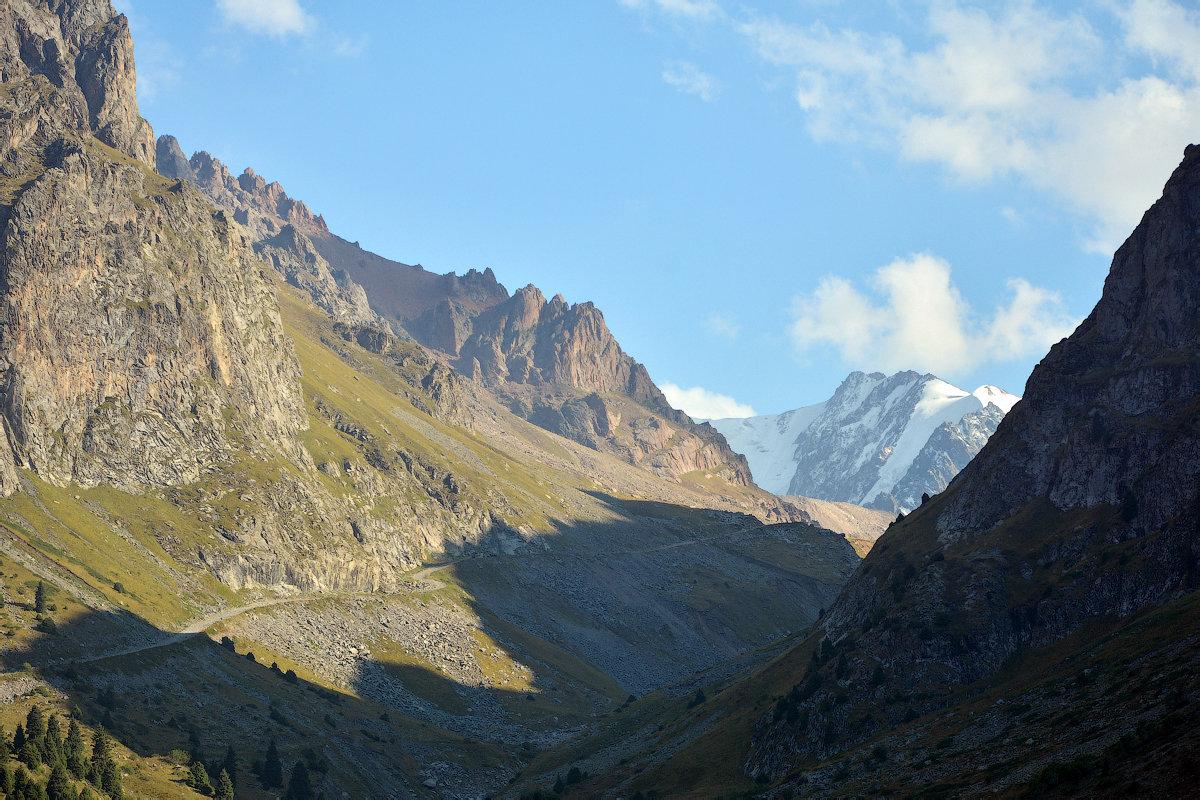 Ущелье в горах - Горный турист Иван Иванов