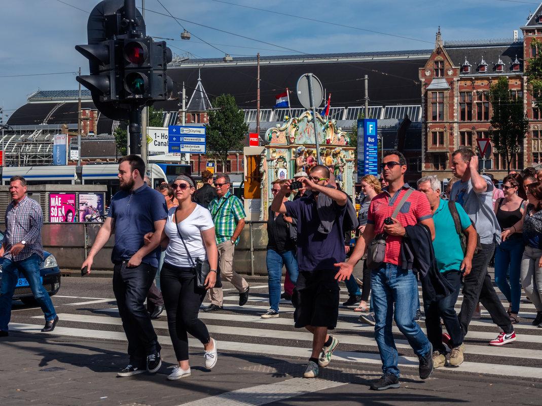 В Амстердаме у пешеходного перехода - Witalij Loewin