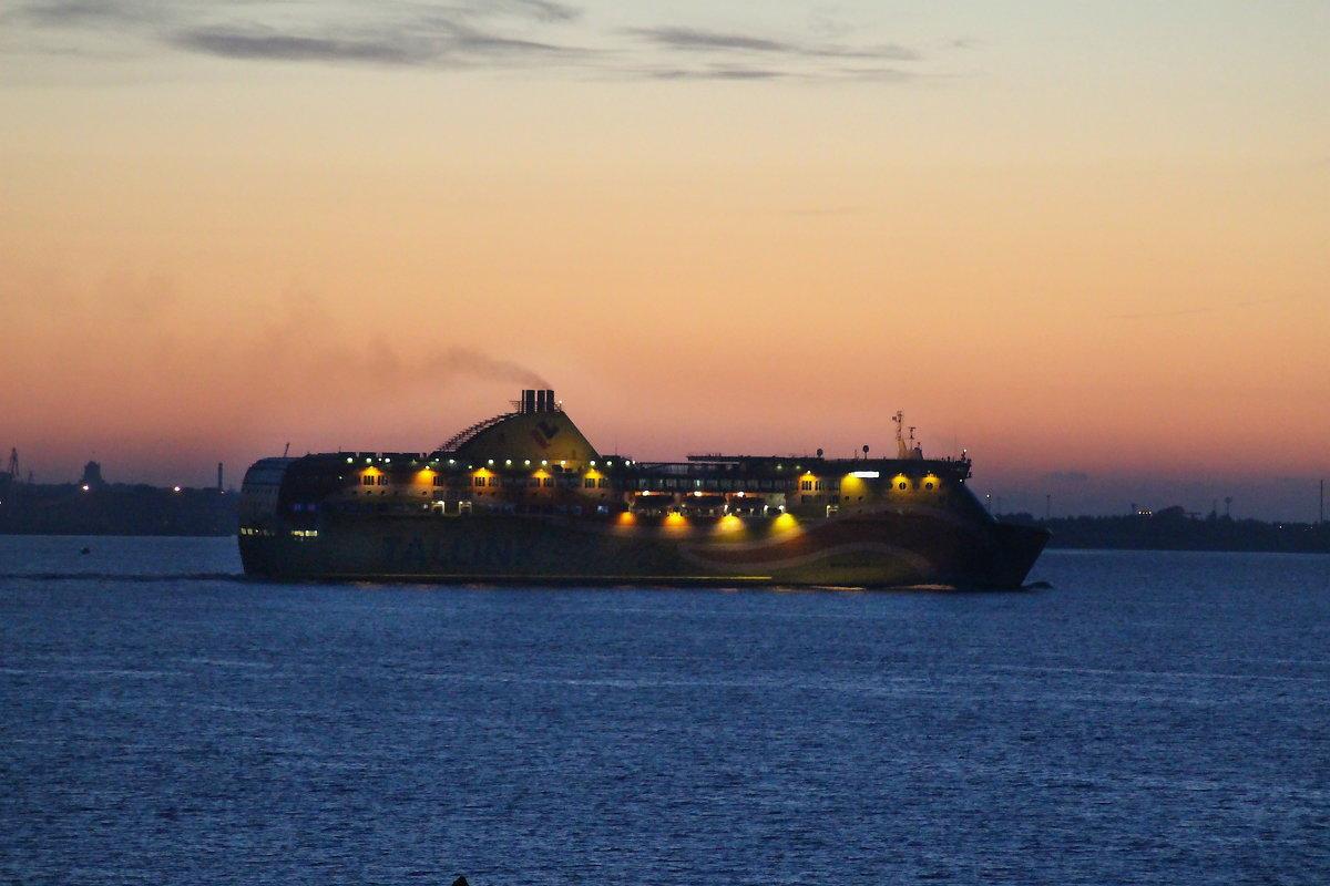 Паром Tallink уходит в ночь... - Marina Pavlova