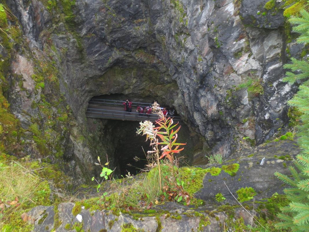над штольней в мраморном каньоне - Елена