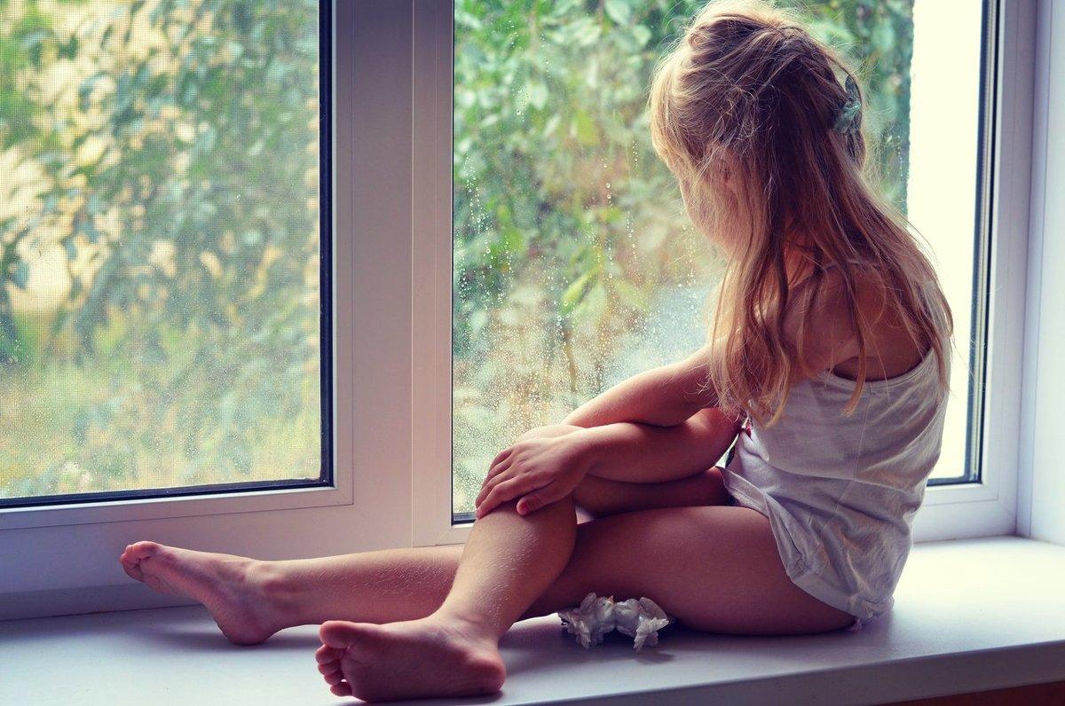 Смотрит сонными глазками на капельки дождя... - Марина Романова