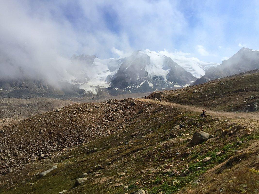 Мечта горы - летать; Несбыточен полет, Но в виде облака Мечта ее плывет. - Anna Gornostayeva