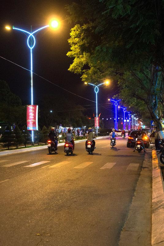 На улицах ночного Нячанга - Виктор Куприянов