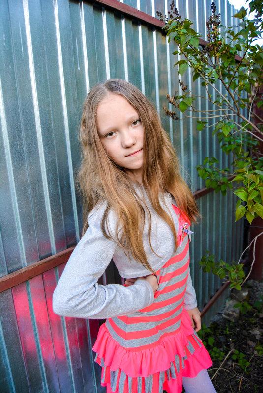 Таня на фоне забора, последние летние фото - Света Кондрашова