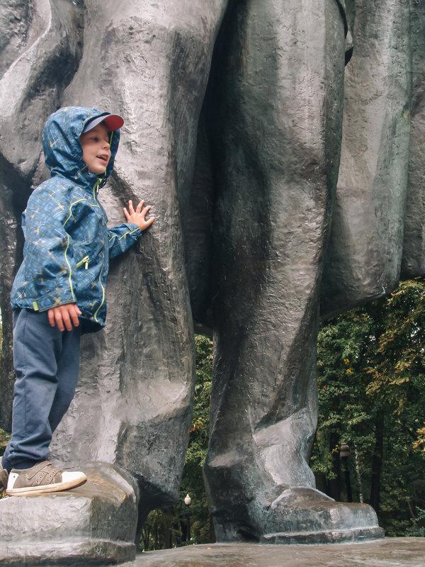 Возле памятника - Николай Н
