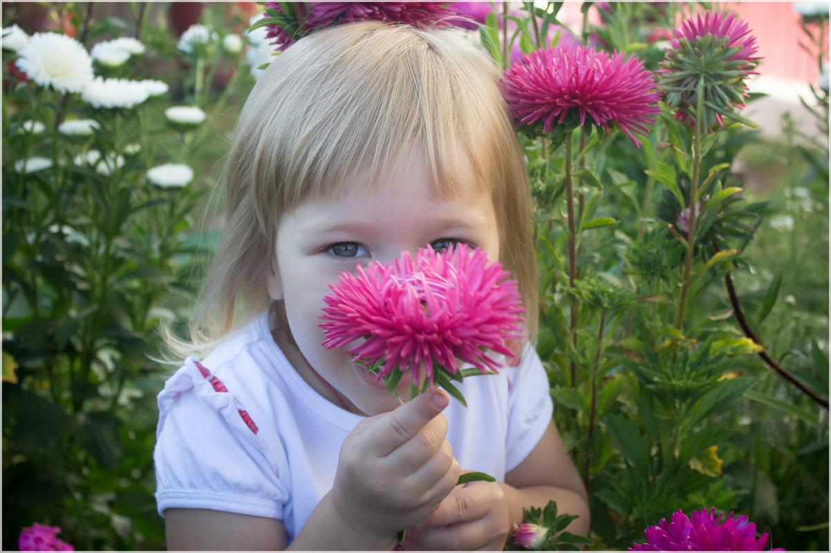 Девочка с цветком - Елена Исхакова