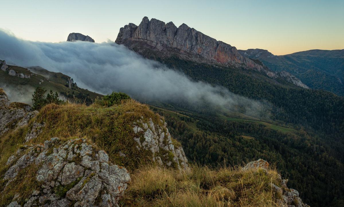 Осеннее утро с потоком тумана у Чёртовых ворот - Александр Плеханов