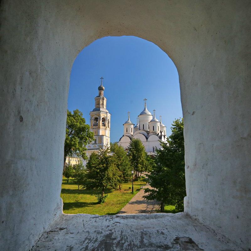 Вид из бойницы стены монастыря - Александр Сивкин