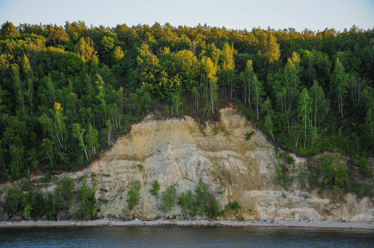 Скалистый берег реки Волги поросший лесом - Сергей Тагиров