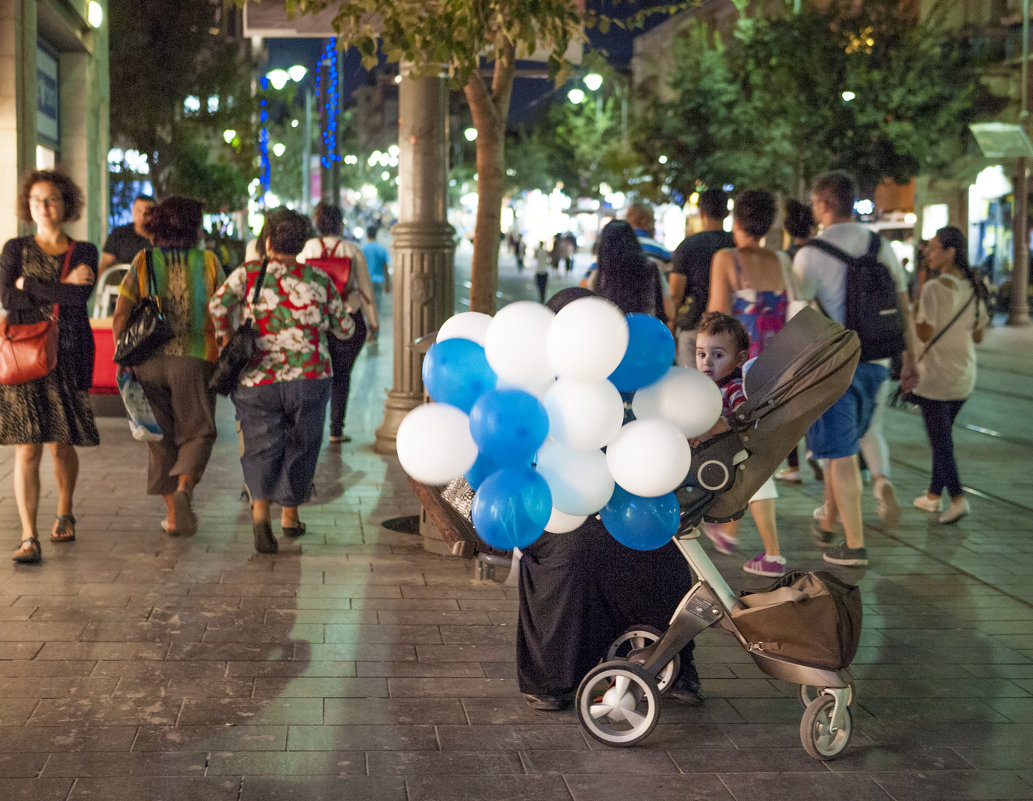 Ребёнок и бело-голубые шары. - Alla