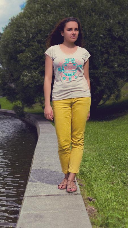 Девушка в парке летом. - Дмитрий Строж