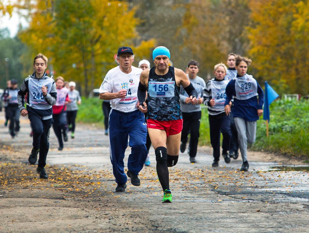 Впереди марафонец Валерий Карпов - Валентин Кузьмин