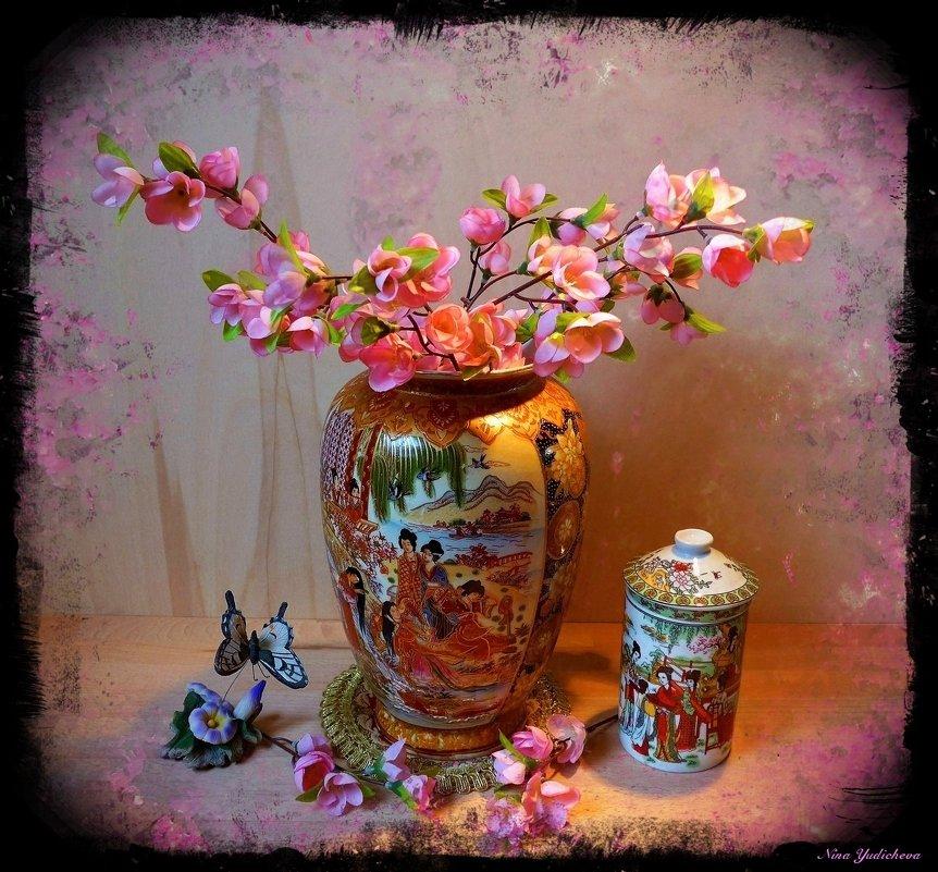 Веточки сакуры в китайской вазе - Nina Yudicheva