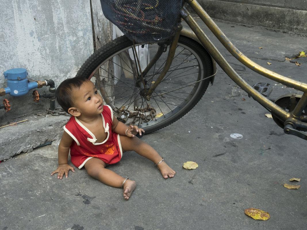 Таиланд. Бангкок. Малышка и большой велосипед - Владимир Шибинский