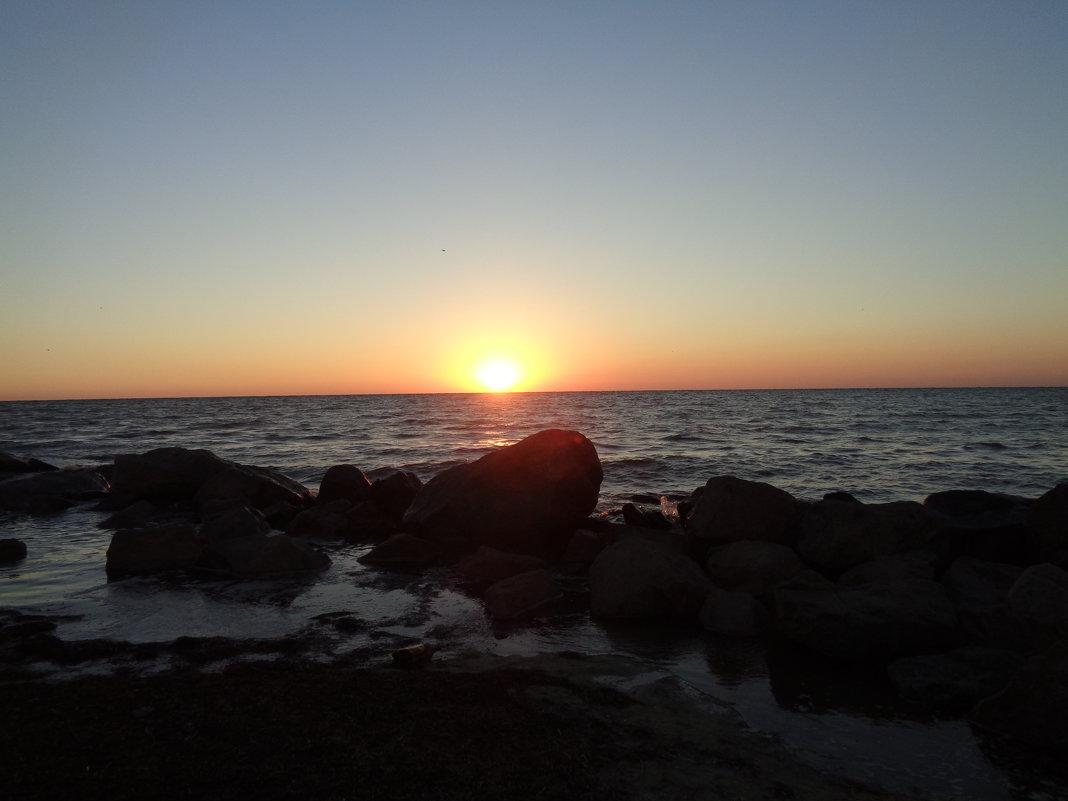 Солнце, танец воды и песни моря доводят камни до гладкого совершенства... - Алекс Аро Аро