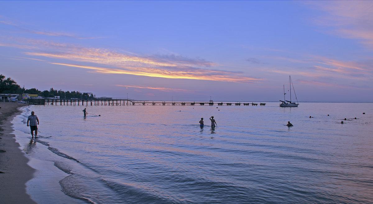 Рано-рано по утру русалки уплавают в море, а русалкаши разбредаются по домам...)) - Владимир Хиль