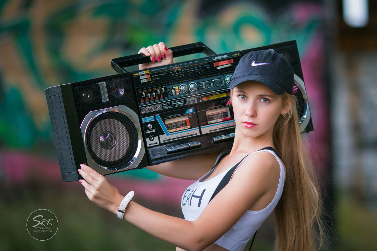 Девушка с магнитофоном. Граффити. Фотограф Руслан Кокорев. - Руслан Кокорев