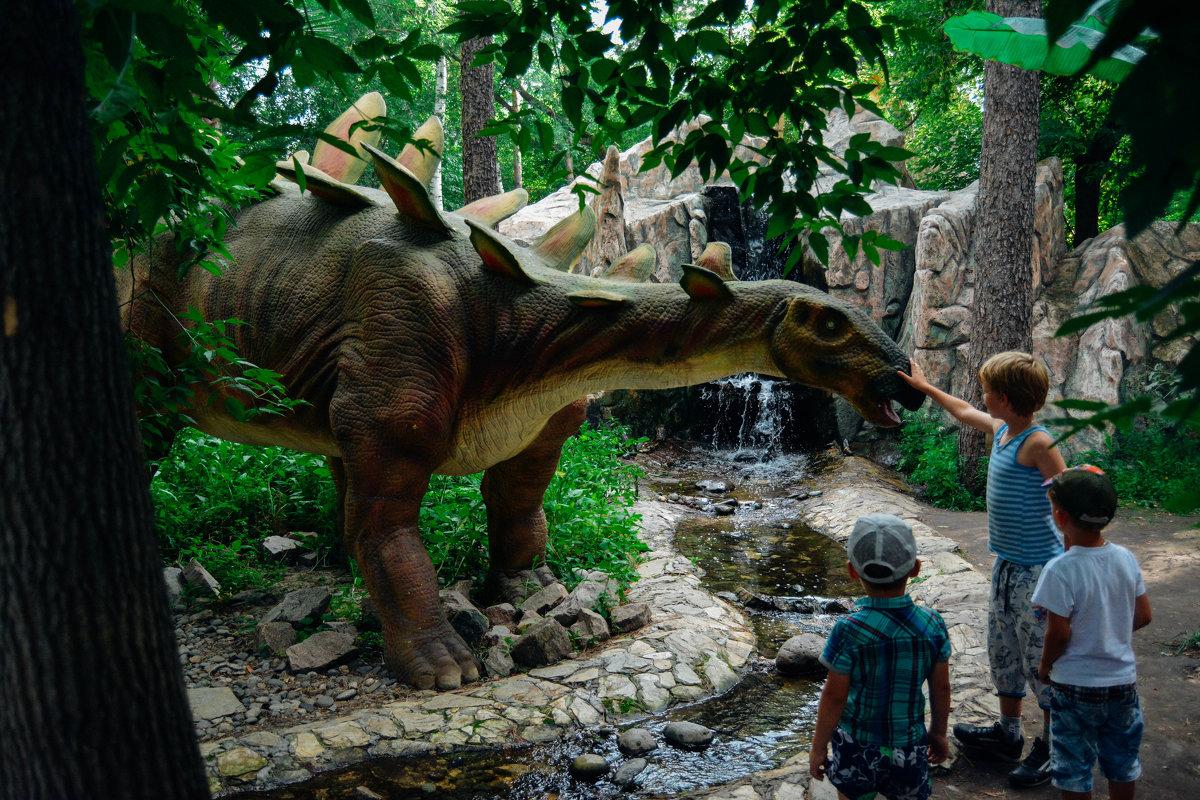 Дети кормят динозавра - Света Кондрашова