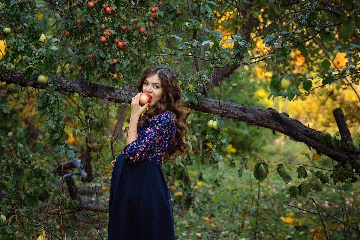 В яблоневом саду - Наталья Петрова