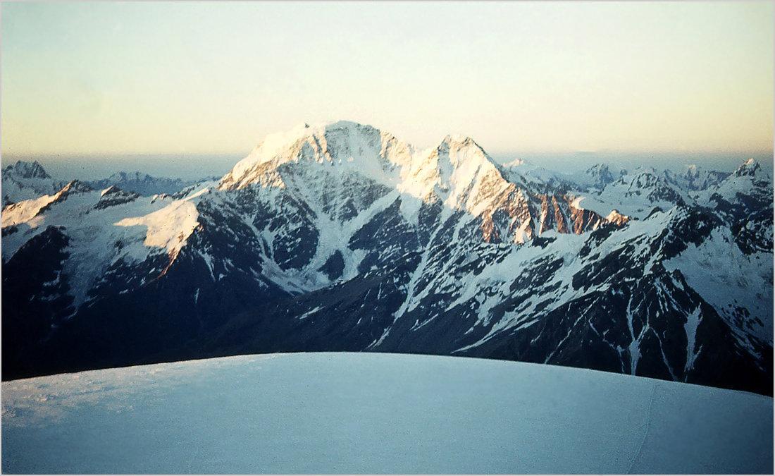 Вершины Накратау и Донгузорун со склонов Эльбруса. - Lmark